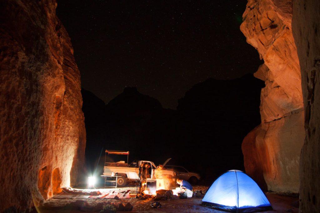 Beleuchtetes Nachtlager im Wadi Rum