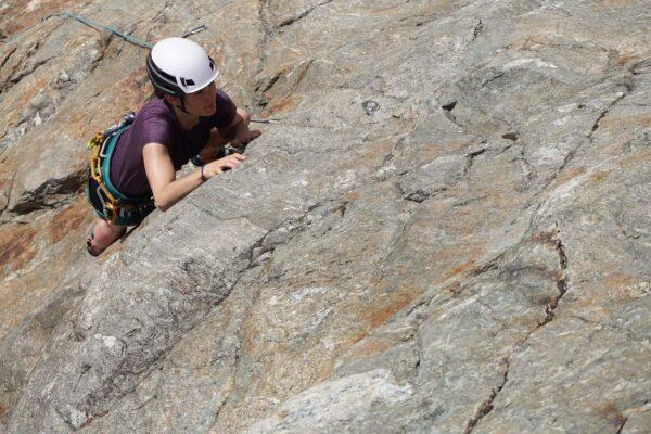 Klettern in Top Fels in der Grundausbildung Mehrseillängenklettern am Sustenpass