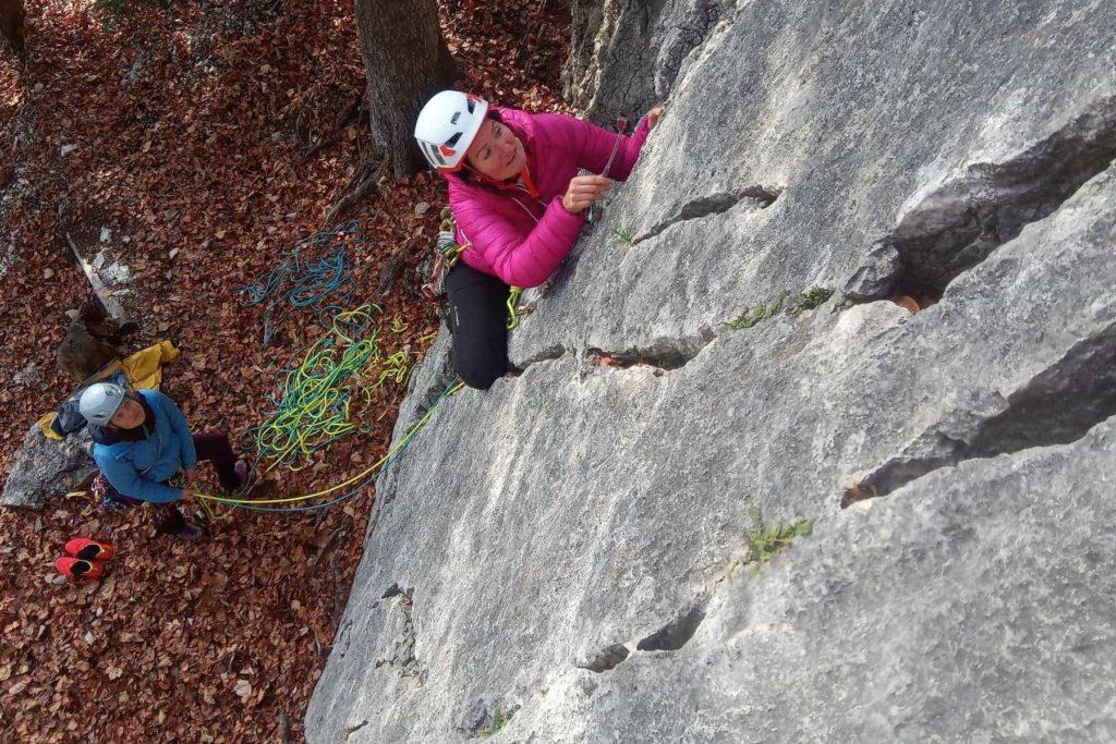 Grundausbildung Clean-Klettern im Jura: üben im Klettergarten mit Bohrhakenredundanz