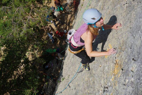 Klettern im Vorstieg anlässlich der Grundausbildung an den Übungsplatten bei Obrerdorf