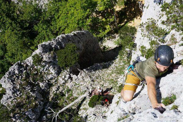 Teilnehmer der Grundausbildung Mehrseillängenklettern klettert am Rüttelhorn die 3. Seillänge einer Anfängermehrseillänge im Vorstieg