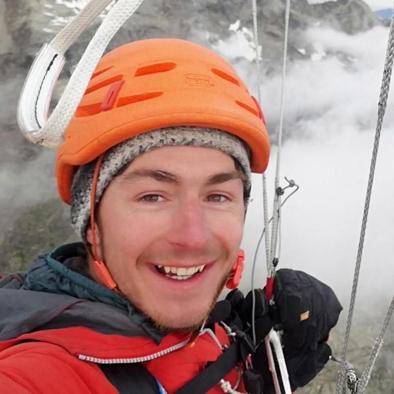Roman von Schulthess, Bergführer in Ausbildung, am Gleitschirmfliegen