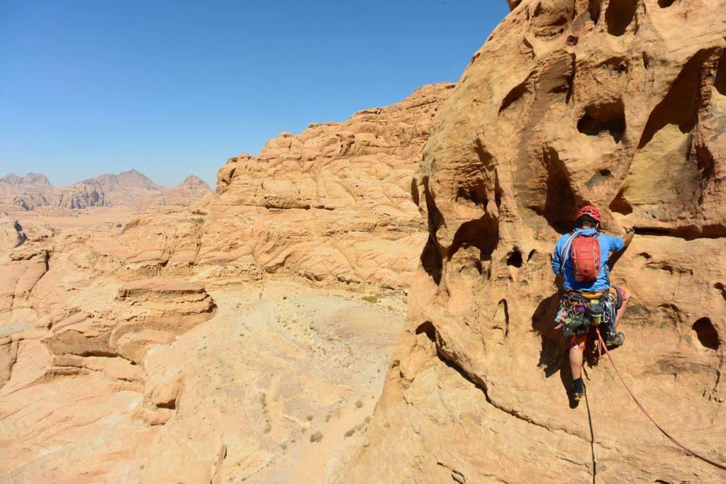 Kletterferien im Wadi Rum mit tollem Fels und einer atemberaubenden Aussicht