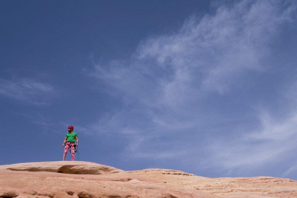 Der Kletterlehrer Fabio steht auf dem Gipfel