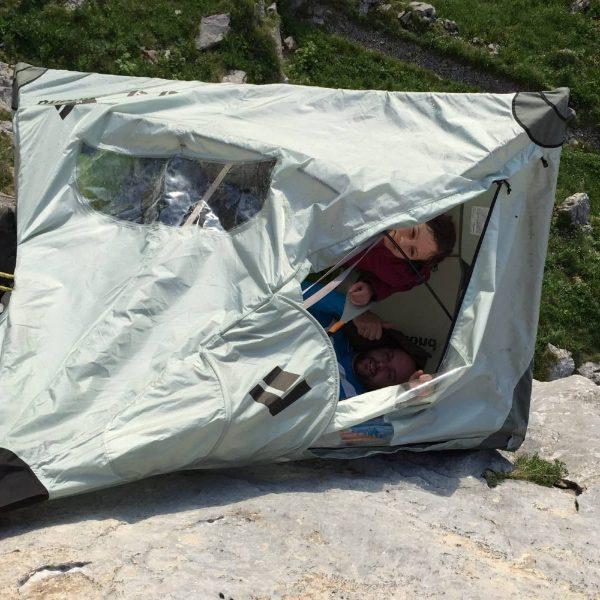 Übernachtung im Portaledge in einer Felswand hoch über dem Boden